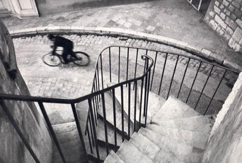 Ecco come Cartier-Bresson impiega la regola delle linee guida... magistralmente e ci guida verso il ciclista, vero punto focale