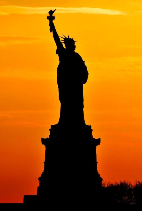 La silhouette della Statua della Liibertà al tramanto: profilo inconfondibilie