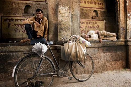 Nelle stradine di Jodhpur. Una palette composta di pochi colori aiuta a veicolare il senso di tranquillità che si respirava nel vicolo.
